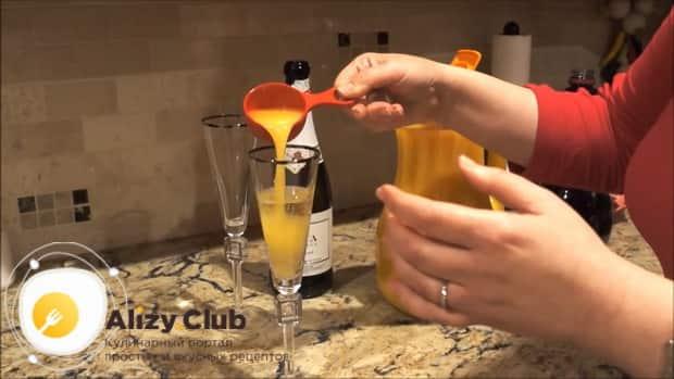 Для приготовления коктейля мимоза по классическому рецепту, добавьте в шампанское сок