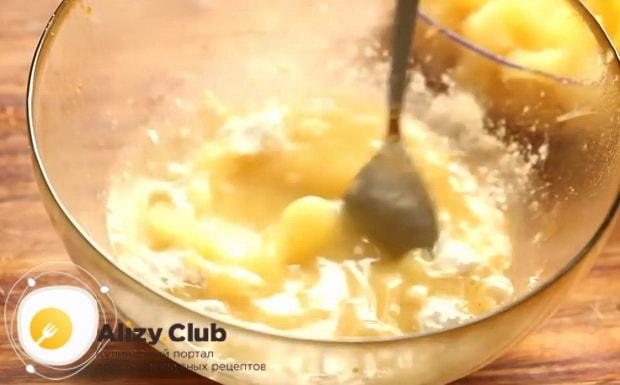 Для приготовления курицы с ананасами в духовке приготовьте соус