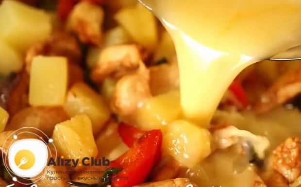Для приготовления курицы с ананасами в духовке добавьте соус