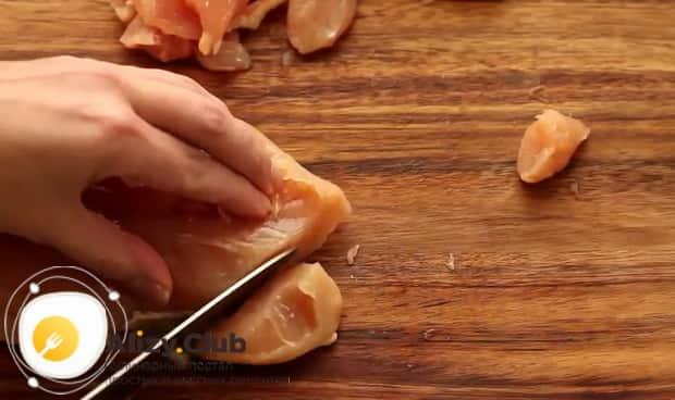 Для приготовления курицы с ананасами в духовке нарежьте мясо