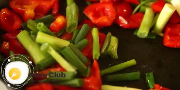 Для приготовления курицы с ананасами в духовке обжарьте овощи