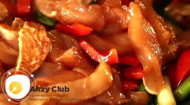 Для приготовления курицы с ананасами в духовке обжарьте мясо
