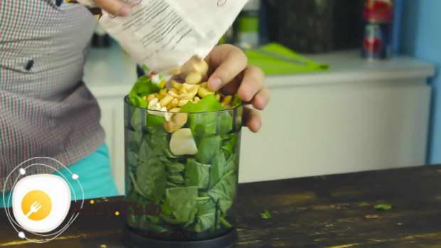 Соедините в чаше блендера 300 г листьев базилика