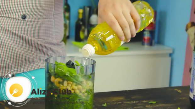 Добавьте 200-210 мл рафинированного растительного масла