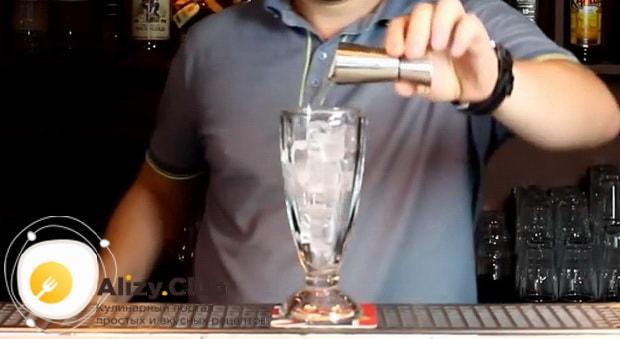 Для приготовления коктейля голубая лагуна по классическому рецепту нужно смешать ингредиенты