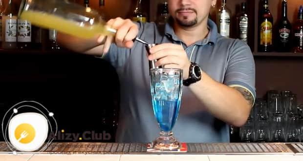 Для приготовления коктейля голубая лагуна по классическому рецепту добавьте сок лимона