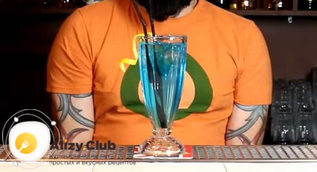Для приготовления коктейля голубая лагуна по классическому рецепту приготовьте бокал для подачи