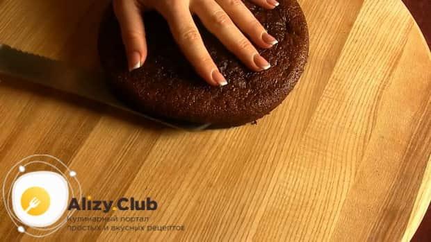 По рецепту для приготовления торта черный принц на сметане разрежьте коржи