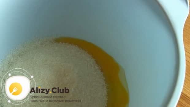 По рецепту для приготовления торта черный принц на сметане смешайте яйца с сахаром