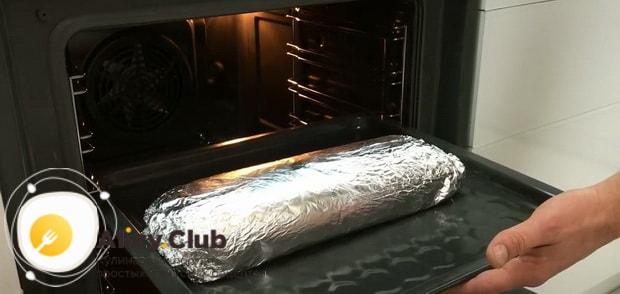 По рецепту, для приготовления мясного рулета включите духовку