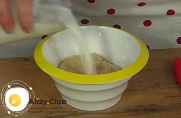 В отдельную глубокую емкость насыпаем 4-5 столовых ложек панировочных сухариков