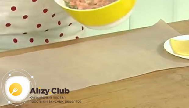 Стелем на стол отрез бумаги для выпечки длиной с будущий рулет