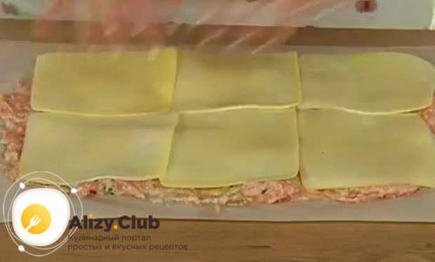 Дальше кладем сыр