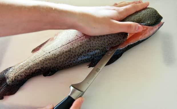 Смотрите как солить красную рыбу в домашних условиях,