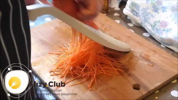 Одну крупную чищеную морковь распустить на специальной терке