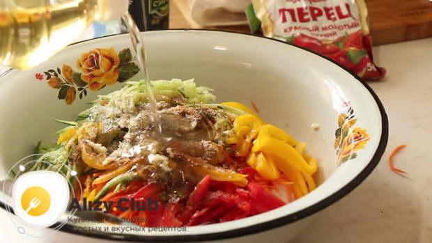 Три зубчика чеснока раздавить чеснокодавкой в салат с фунчозой