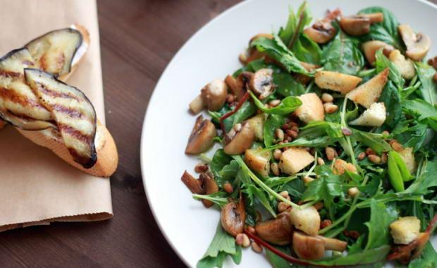 Как приготовить салат с жареными грибами