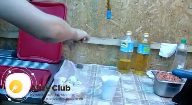 Добавьте к грибам соль и перец по вкусу