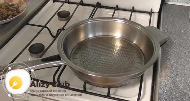 Моем сковородку, наливаем на неё 30 г растительного масла и ставим на плиту
