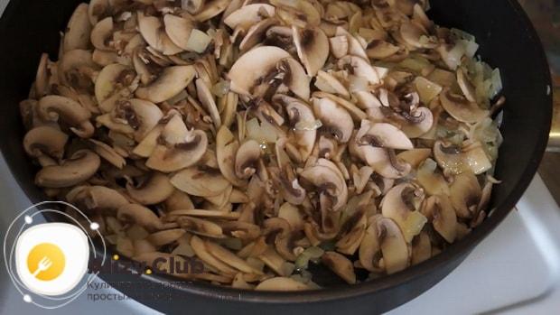 Для приготовления сливочно грибного соуса для спагетти, обжарьте грибы