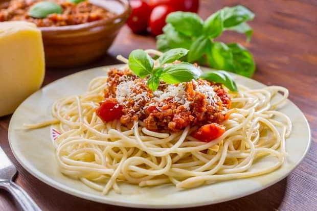 По простому рецепту, для приготовления соуса для макарон, подготовьте все ингредиенты