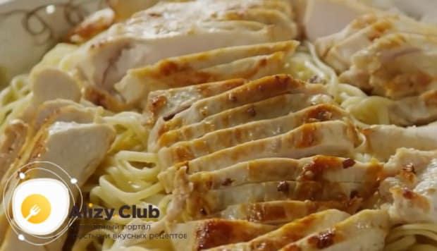 По рецепту. для приготовления пасты с курицей в сливочном соусе выложите ингредиенты на тарелку