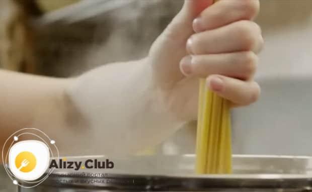 Простой рецепт приготовления пасты с курицей в сливочном соусе.