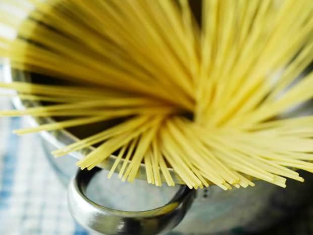 Перед тем как варить спагетти в кастрюле, подготовьте посуду