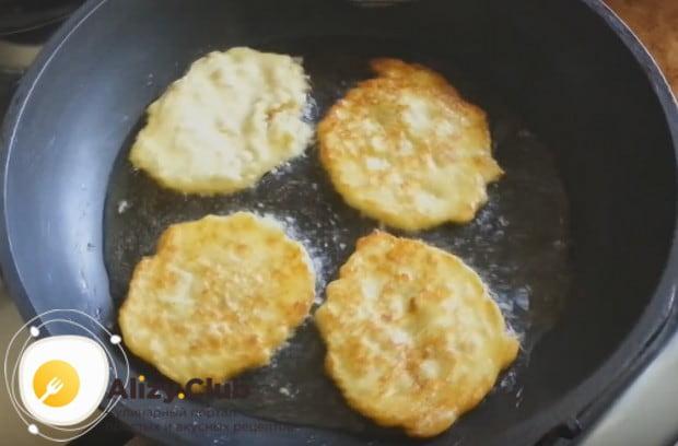 Выкладываем изделия на сковородку ложкой и жарим с двух сторон.