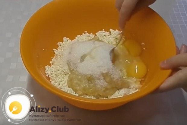 Размяв творог и банан вилкой, добавляем к ним сахар и яйца.