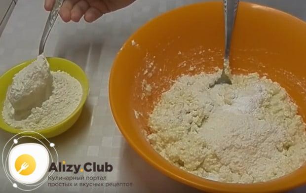 В этом рецепте сырником из творога с бананом бы используем также муку.