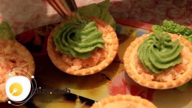 С помощью кондитерского мешка с насадкой заполняем тарталетки кремом из авокадо