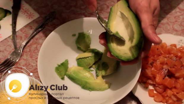 Из авокадо ложкой в миску вынимаем всю мякоть, не очищая его