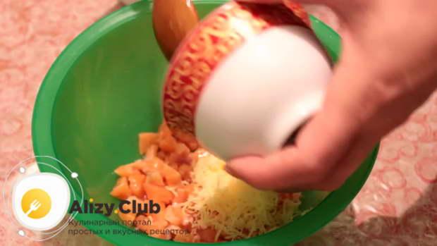 Кладем 50 грамм натертого твердого сыра