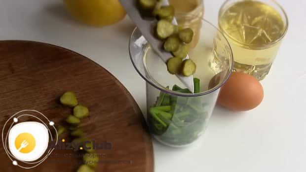 Для приготовления соуса тартар по простому рецепту, нарежьте карнишоны