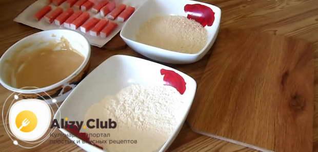 В отдельные тарелки насыпаем 45 грамм муки и 115-120 грамм панировочных сухарей