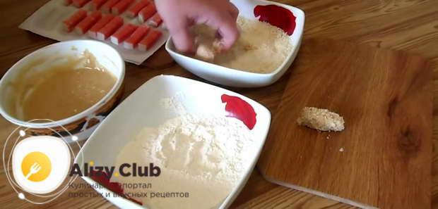 Подготовленные крабовые палочки обмакиваем в муке, затем в кляре, а затем в панировочных сухарях