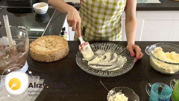 Для приготовления киевского торта. смажьте блюдо кремом