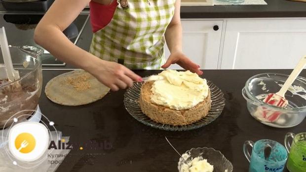 Для приготовления киевского торта. смажьте кремом корж