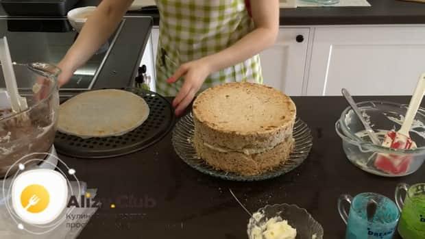 Для приготовления киевского торта. выложите второй еорж