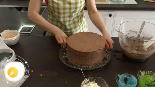 Для приготовления киевского торта. смажьте коржи шоколадным кремом