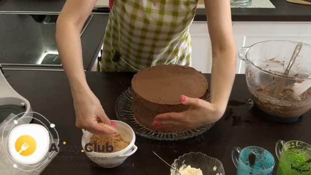 Для приготовления киевского торта. украсьте коржи крошкой