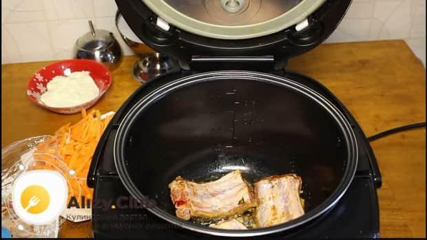 Обжарьте мясо для приготовления свиных ребрышек с картошкой в мультиварке