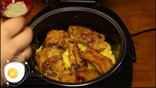 Соедините ингредиенты для приготовления свиных ребрышек с картошкой в мультиварке