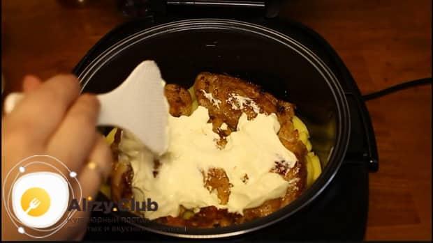Добавьте сметану для приготовления свиных ребрышек с картошкой в мультиварке