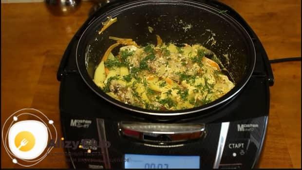 Перемешайте ингредиенты для приготовления свиных ребрышек с картошкой в мультиварке