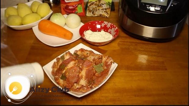 Замаринуйте мясо для приготовления свиных ребрышек с картошкой в мультиварке