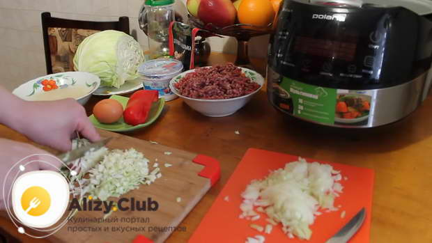 Нарезать мелкими кубиками 500 г свежей капусты и залить горячей кипяченой водой