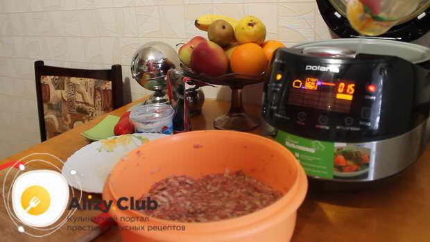 Налить в чашу мультиварки растительное масло