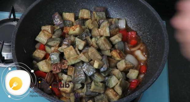 Кладем к овощам баклажаны